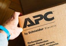 Χέρι εκμετάλλευσης ατόμων κοντά στο λογότυπο APC έξυπνος-UPS Γ του επιχείρηση-LEV Στοκ φωτογραφία με δικαίωμα ελεύθερης χρήσης