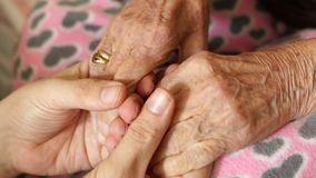 χέρι εκμετάλλευσης ανδρών εγγονών της πολύ παλαιάς ανώτερης γιαγιάς γυναικών απόθεμα βίντεο