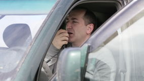 Χέρι εκμετάλλευσης ατόμων microphon και μιλώντας στο ραδιόφωνο στο αυτοκίνητό του απόθεμα βίντεο