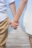 Χέρι εκμετάλλευσης ζεύγους από την παραλία Στοκ Φωτογραφία