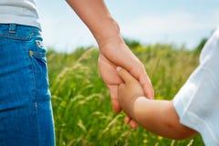 Χέρι εκμετάλλευσης μητέρων του γιου της Στοκ εικόνα με δικαίωμα ελεύθερης χρήσης