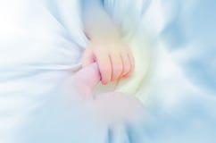 Χέρι εκμετάλλευσης μωρών mother's Στοκ εικόνα με δικαίωμα ελεύθερης χρήσης