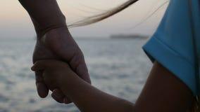 Χέρι-χέρι ενάντια στη θάλασσα απόθεμα βίντεο