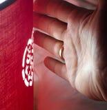 Χέρι ενός ατόμου με μια καμμένος καρδιά στοκ φωτογραφία