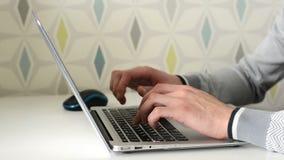 Χέρι ενός ατόμου που εργάζεται στη δακτυλογράφηση φορητών προσωπικών υπολογιστών σε ένα πληκτρολόγιο Κλείστε επάνω την όψη απόθεμα βίντεο