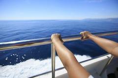 Χέρι ενός επιβάτη σε μια βάρκα στοκ φωτογραφία με δικαίωμα ελεύθερης χρήσης