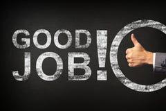Χέρι ενός επιχειρηματία που παρουσιάζει αντίχειρες για την καλή εργασία φράσης! γραπτός σε έναν πίνακα ελεύθερη απεικόνιση δικαιώματος