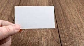 χέρι επαγγελματικών καρτών Στοκ φωτογραφία με δικαίωμα ελεύθερης χρήσης