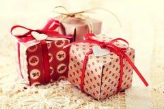 Χέρι-επεξεργασμένα κιβώτια δώρων με τις καρδιά-διαμορφωμένες ετικέτες Στοκ φωτογραφία με δικαίωμα ελεύθερης χρήσης