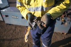 Χέρι επιθεωρητών πρόσβασης σχοινιών που φορά ένα γάντι που αρχίζει την καθημερινή ασφάλεια που ελέγχει descender επιθεώρησης τον  στοκ εικόνα