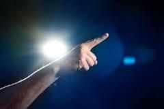 Χέρι, επιχειρηματίας δάχτυλων που δείχνει σε κάτι, στο μαύρο backgro Στοκ Φωτογραφία