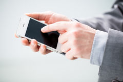 Χέρι επιχειρηματία με ένα έξυπνο τηλέφωνο Στοκ Εικόνα