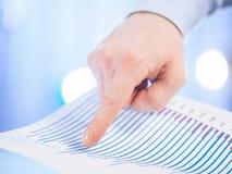 Χέρι επιχειρηματία που δείχνει το διάγραμμα Στοκ φωτογραφία με δικαίωμα ελεύθερης χρήσης