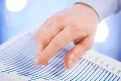 Χέρι επιχειρηματία που δείχνει το διάγραμμα Στοκ Φωτογραφίες