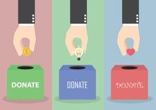 Χέρι επιχειρηματιών που βάζει το νόμισμα, τη λάμπα φωτός και την καρδιά στο κιβώτιο ελεύθερη απεικόνιση δικαιώματος