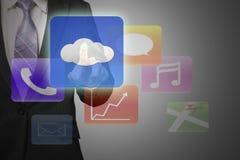 Χέρι επιχειρηματιών που δείχνει στο σύννεφο που υπολογίζει με ζωηρόχρωμο app ι Στοκ Φωτογραφία