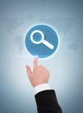 Χέρι επιχειρηματιών που δείχνει την ενίσχυση - γυαλί στοκ φωτογραφίες με δικαίωμα ελεύθερης χρήσης