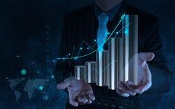 Χέρι επιχειρηματιών που λειτουργεί με την εικονική επιχείρηση διαγραμμάτων στο Sc αφής Στοκ Φωτογραφίες