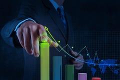 Χέρι επιχειρηματιών που λειτουργεί με την εικονική επιχείρηση διαγραμμάτων στο Sc αφής στοκ εικόνα