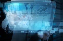 Χέρι επιχειρηματιών που λειτουργεί με τη νέα τεχνολογία Στοκ Εικόνες
