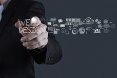 Χέρι επιχειρηματιών που λειτουργεί με το διάγραμμα σχεδίου Ιστού Στοκ Εικόνες