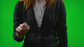 Χέρι επιχειρηματιών που επιλέγει τις πληροφορίες για τη διαφανή επίδειξη μπροστά από το πράσινο υπόβαθρο που μιμείται την ψηφιακή απόθεμα βίντεο
