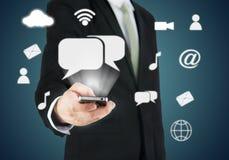 Χέρι επιχειρηματιών που κρατά την έξυπνη συνδετικότητα τηλεφωνικών σύννεφων στοκ φωτογραφία με δικαίωμα ελεύθερης χρήσης