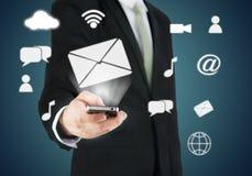 Χέρι επιχειρηματιών που κρατά την έξυπνη συνδετικότητα τηλεφωνικών σύννεφων στοκ εικόνες