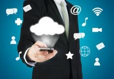 Χέρι επιχειρηματιών που κρατά την έξυπνη συνδετικότητα τηλεφωνικών σύννεφων στοκ φωτογραφίες