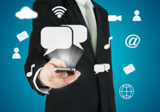 Χέρι επιχειρηματιών που κρατά την έξυπνη συνδετικότητα τηλεφωνικών σύννεφων Στοκ εικόνα με δικαίωμα ελεύθερης χρήσης