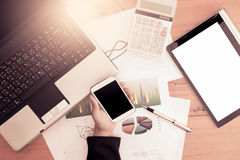 Χέρι επιχειρηματιών που κρατά το έξυπνο τηλέφωνο, κινητό τηλέφωνο, ταμπλέτα Στοκ Φωτογραφία
