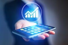 Χέρι επιχειρηματιών που κρατά το κινητό τηλέφωνο με το εικονίδιο διαγραμμάτων Στοκ φωτογραφία με δικαίωμα ελεύθερης χρήσης