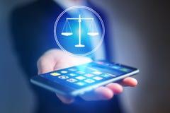 Χέρι επιχειρηματιών που κρατά το κινητό τηλέφωνο με το εικονίδιο δικαιοσύνης Στοκ Φωτογραφία