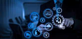 Χέρι επιχειρηματιών που λειτουργεί με μια ψηφιακή ταμπλέτα στην αίθουσα συνεδριάσεων στοκ φωτογραφία