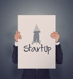 Χέρι επιχειρηματιών που παρουσιάζει αφίσα του εικονιδίου ξεκινήματος Στοκ φωτογραφία με δικαίωμα ελεύθερης χρήσης