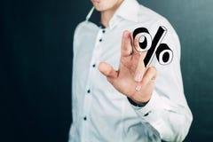 Χέρι επιχειρηματιών που παρουσιάζει σημάδι τοις εκατό Στοκ εικόνα με δικαίωμα ελεύθερης χρήσης