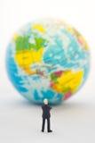 Χέρι επιχειρηματιών που σκέφτεται ή που λαμβάνει την απόφαση μπροστά από την Αμερική Στοκ Φωτογραφίες