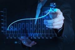 Χέρι επιχειρηματιών που σύρει την εικονική επιχείρηση διαγραμμάτων στοκ φωτογραφία