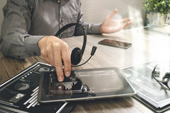 Χέρι επιχειρηματιών που χρησιμοποιεί την κάσκα VOIP με τον ψηφιακό υπολογιστή ταμπλετών στοκ εικόνα με δικαίωμα ελεύθερης χρήσης