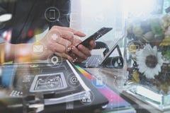 Χέρι επιχειρηματιών που χρησιμοποιεί τις κινητές σε απευθείας σύνδεση αγορές πληρωμών, omni chan Στοκ εικόνα με δικαίωμα ελεύθερης χρήσης