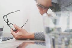 Χέρι επιχειρηματιών που χρησιμοποιεί τις κινητές σε απευθείας σύνδεση αγορές πληρωμών, μολύβι, OM Στοκ Εικόνες