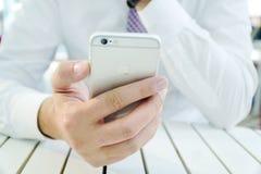 Χέρι επιχειρηματιών που χρησιμοποιεί το iPhone 6 Στοκ φωτογραφία με δικαίωμα ελεύθερης χρήσης