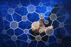 Χέρι επιχειρηματιών σχετικά με το δίκτυο σύνδεσης στον παγκόσμιο χάρτη και το CI Στοκ Εικόνες