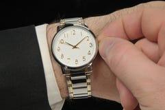 χέρι επιχειρηματιών wristwatch στοκ φωτογραφία