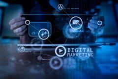 Χέρι επιχειρησιακών ατόμων που λειτουργεί στο φορητό προσωπικό υπολογιστή με το ψηφιακό στρώμα Στοκ φωτογραφία με δικαίωμα ελεύθερης χρήσης