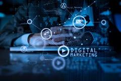 Χέρι επιχειρησιακών ατόμων που λειτουργεί στο φορητό προσωπικό υπολογιστή με το ψηφιακό στρώμα Στοκ Εικόνα