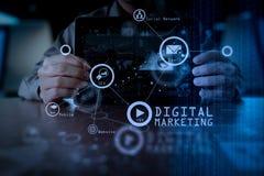 Χέρι επιχειρησιακών ατόμων που λειτουργεί στο φορητό προσωπικό υπολογιστή με το ψηφιακό στρώμα Στοκ εικόνα με δικαίωμα ελεύθερης χρήσης