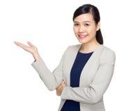 Χέρι επιχειρησιακών γυναικών παρόν στοκ φωτογραφία με δικαίωμα ελεύθερης χρήσης