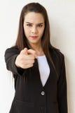 Χέρι επιχειρησιακών γυναικών που δείχνει προς τα εμπρός με τη σοβαρή διάθεση Στοκ Φωτογραφίες