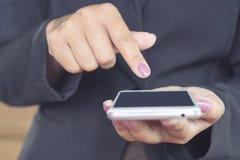 Χέρι επιχειρησιακών γυναικών που κρατά το κινητό τηλέφωνο συνδέοντας με Διαδίκτυο Στοκ εικόνες με δικαίωμα ελεύθερης χρήσης